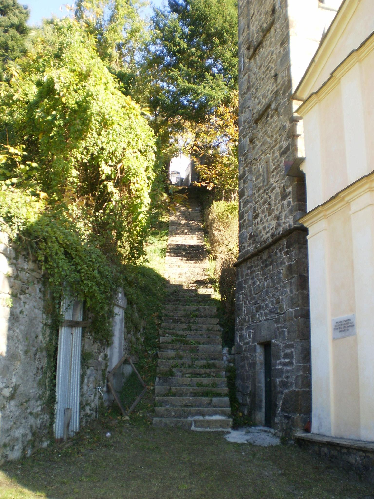 Scalinata di accesso al cimitero