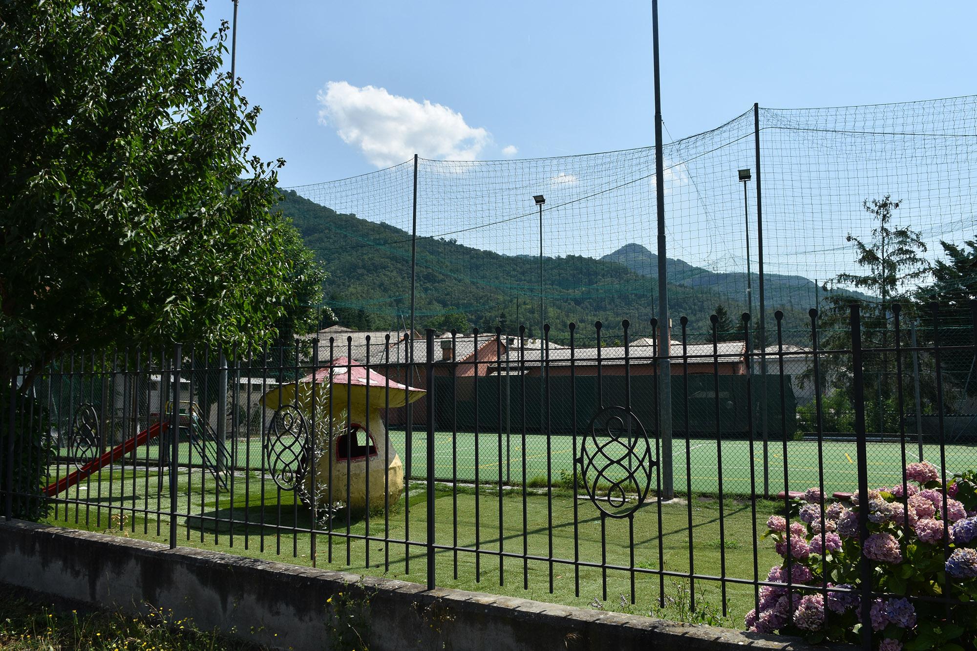 L'esterno dell'oratorio con il parco giochi