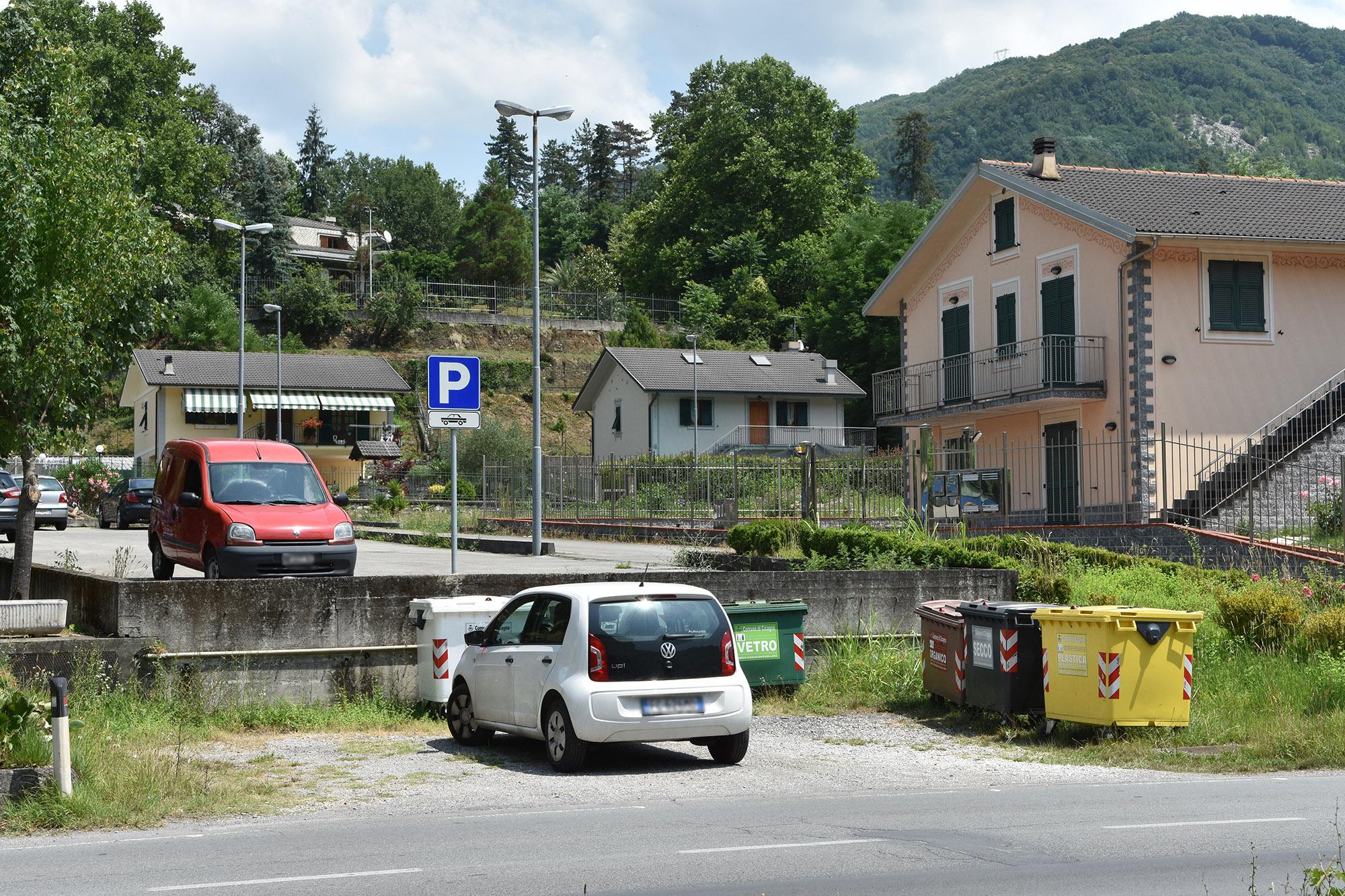 Il posteggio visto dalla strada
