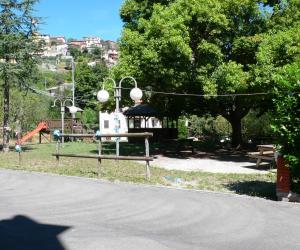 Area verde attrezzata dietro alla chiesa