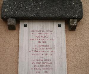 Targa posta sulla facciata della canonica