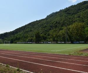 La pista da corsa che circonda il campo da calcio