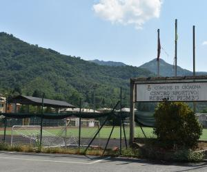 La targa di dedica del campo a Roberto Piombo