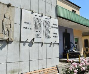 Monumento ai caduti posto sull'edificio comunale