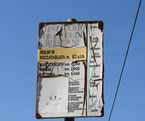 Il cartello che indica i mulini nell'itinerario dei feudi fliscani