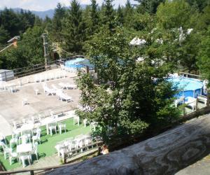 Zona solarium e piscine