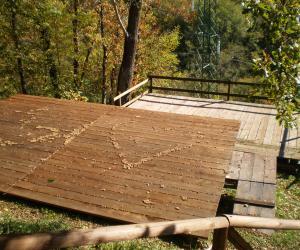 Vista tavolati di legno ospitanti le tende